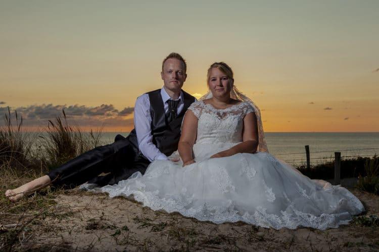 Trouwfoto's van Mela en Jörg bij ondergaande zon