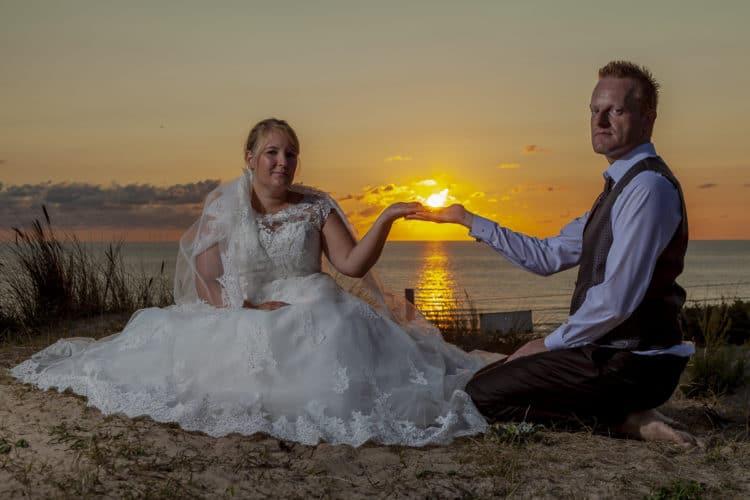 Bruidsfoto's van Mela en Jörg bij ondergaande zon