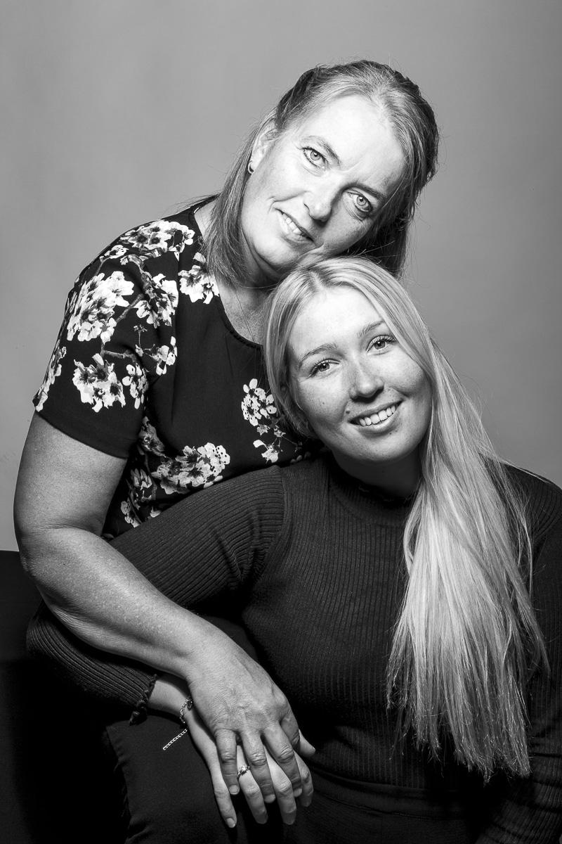 Studioportret Sanne en Annelies zwart-wit
