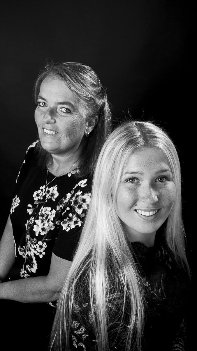 Sanne en Annelies studioportret in zwart-wit