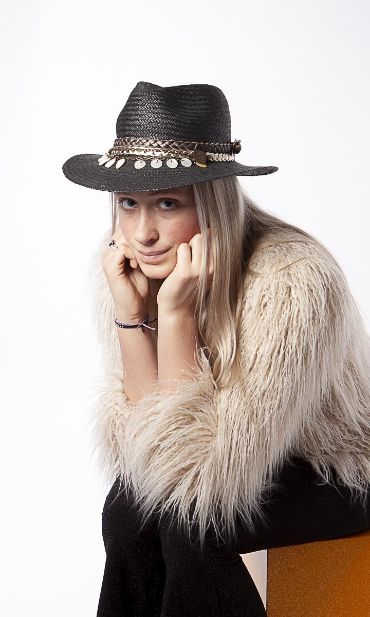 Model Romy met zwarte hoed hippie-style