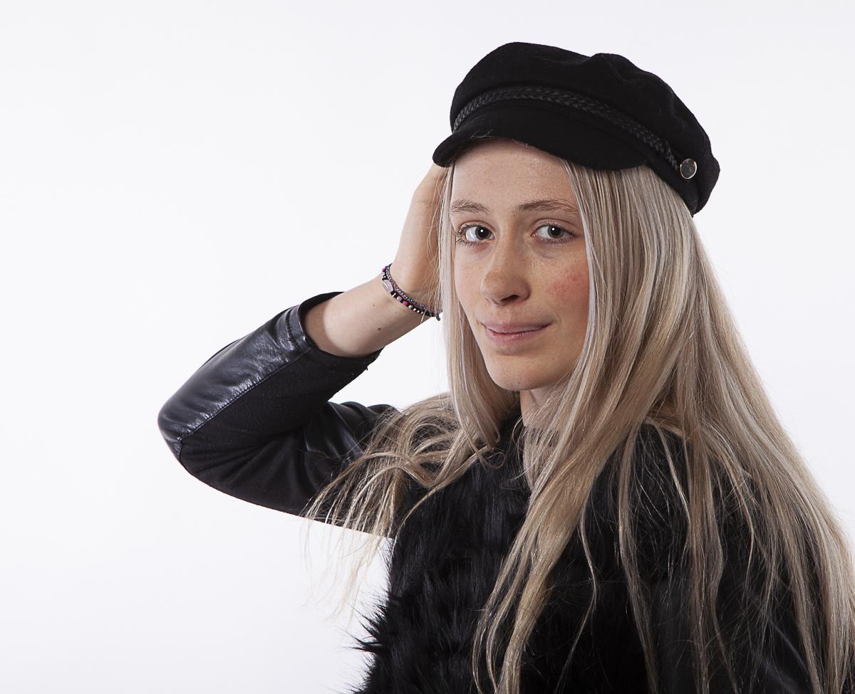 Modellen Photoshoot Romy met zwart lederen jas en pet