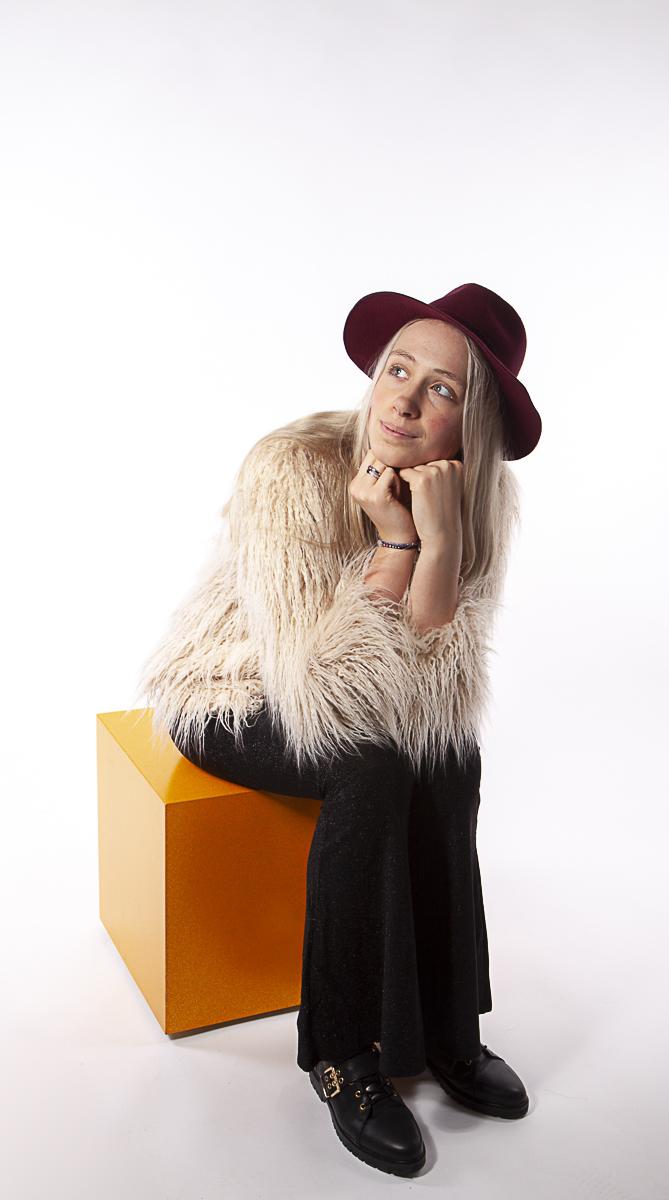 Fotomodel Romy met rode hoed hippie-style