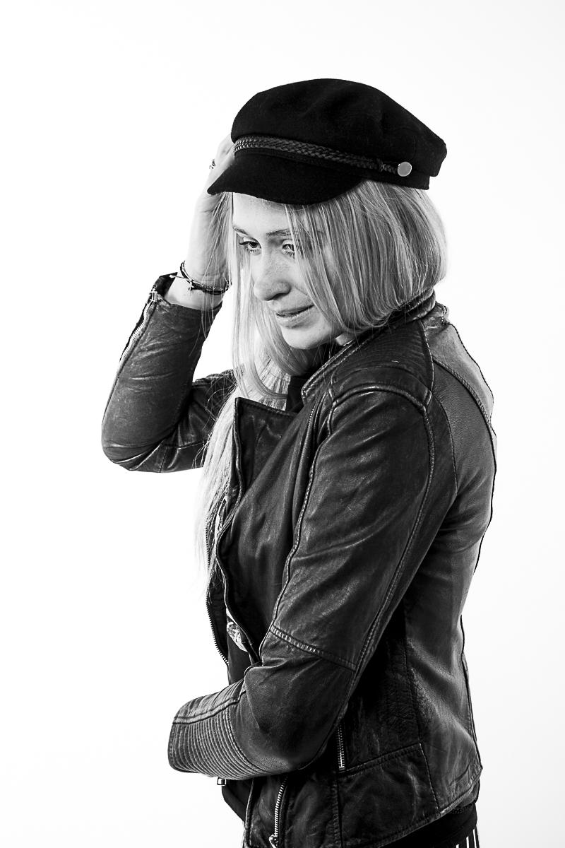 Zwart-wit portret Model Romy met zwart lederen jas en pet