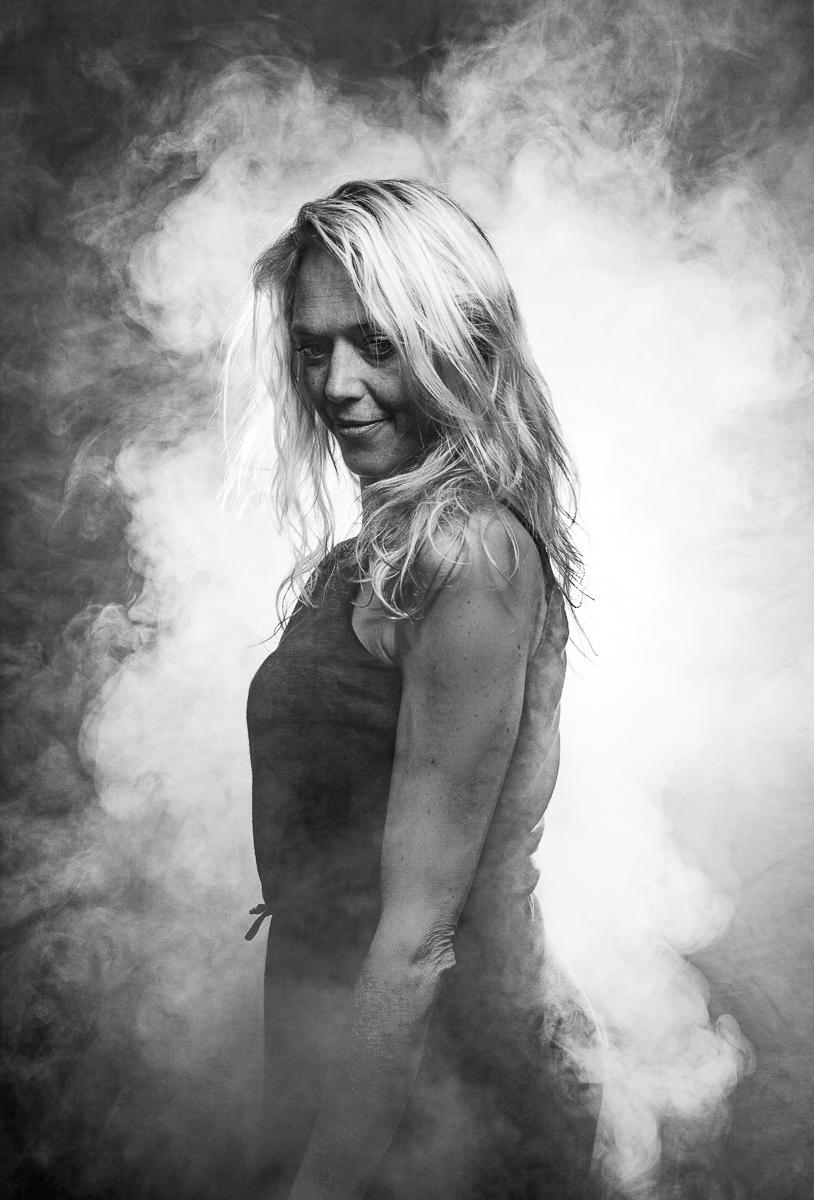 Leonor Studioportret met rook zwartwit
