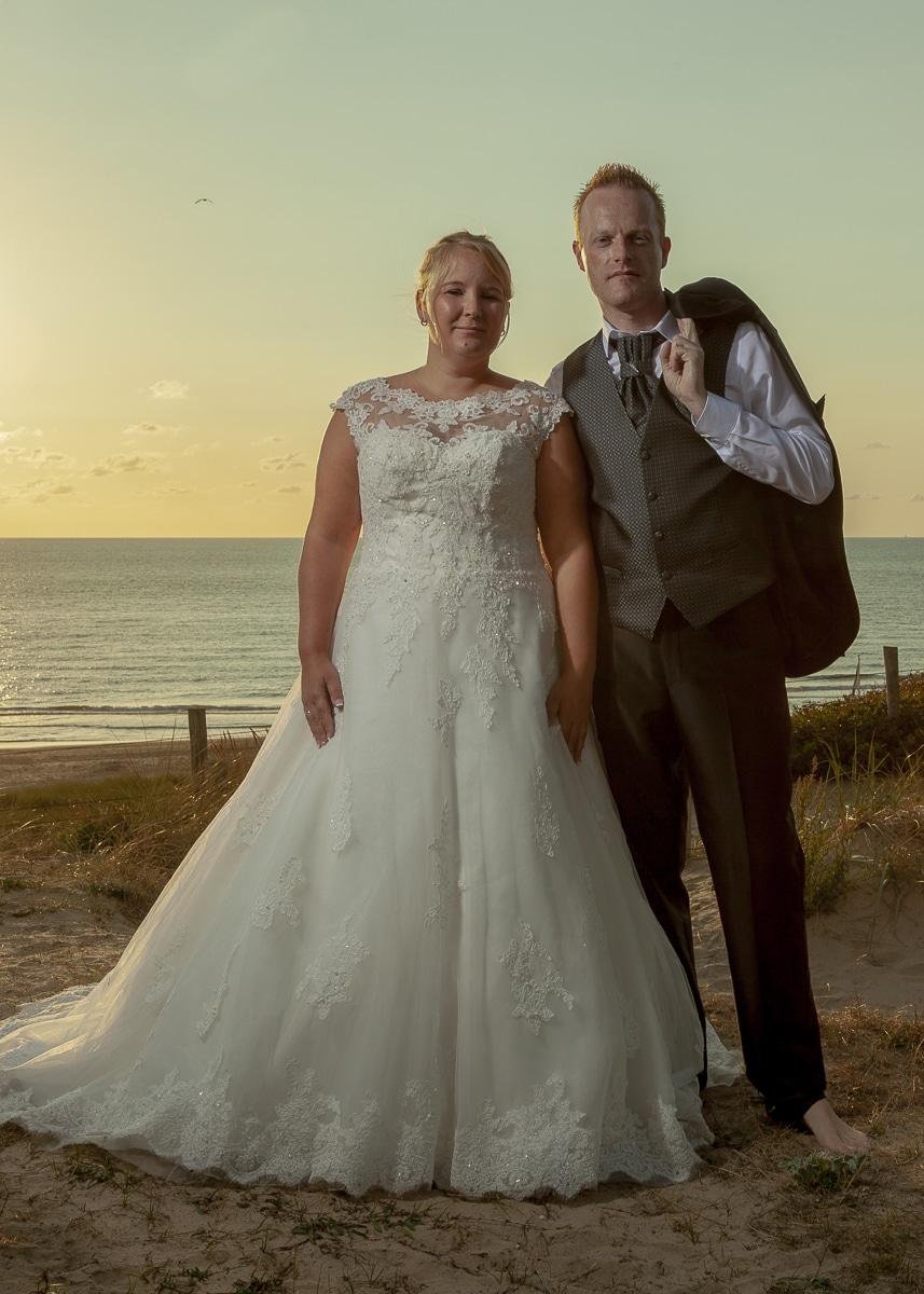 Bruidsfoto's van Mela en Joerg in de duinen