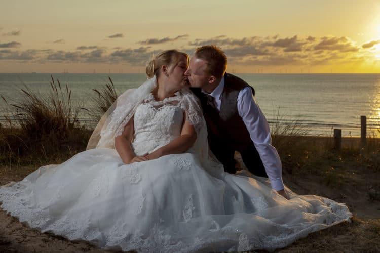 Bruidsreportage van Mela en Joerg in de duinen bij Egmond aan Zee