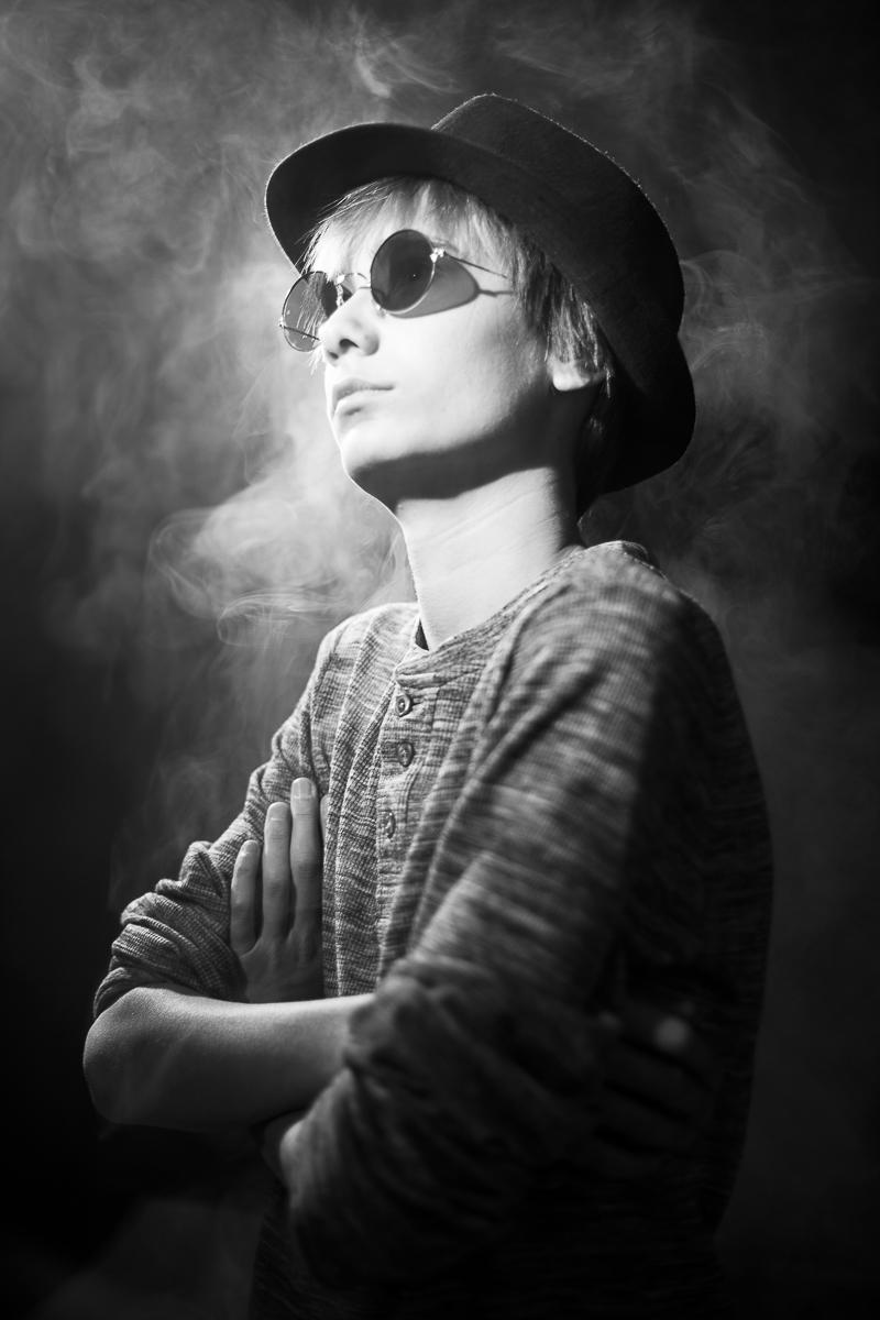 Wesley portretfoto met rook in zwartwit