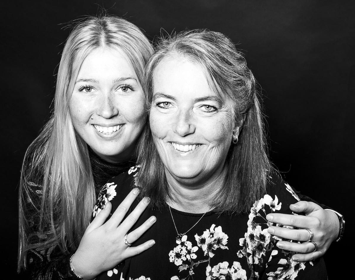 Zwart-wit moeder en dochter studioportret