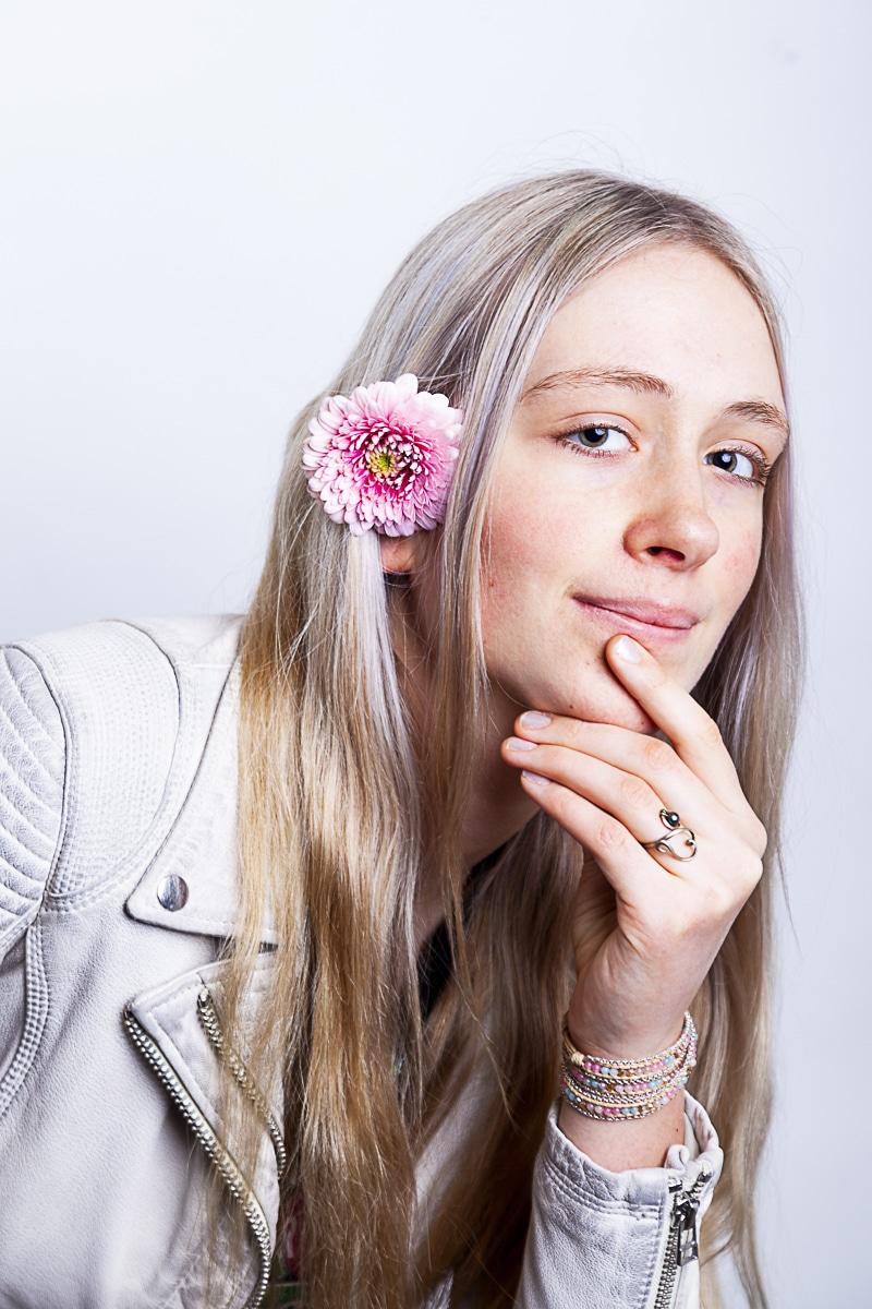 Portret Romy met bloem in kleur