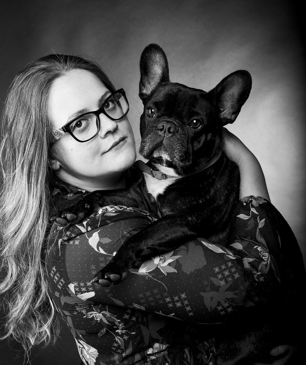 Erika en Bully huisdierenphotoshoot in zwartwit