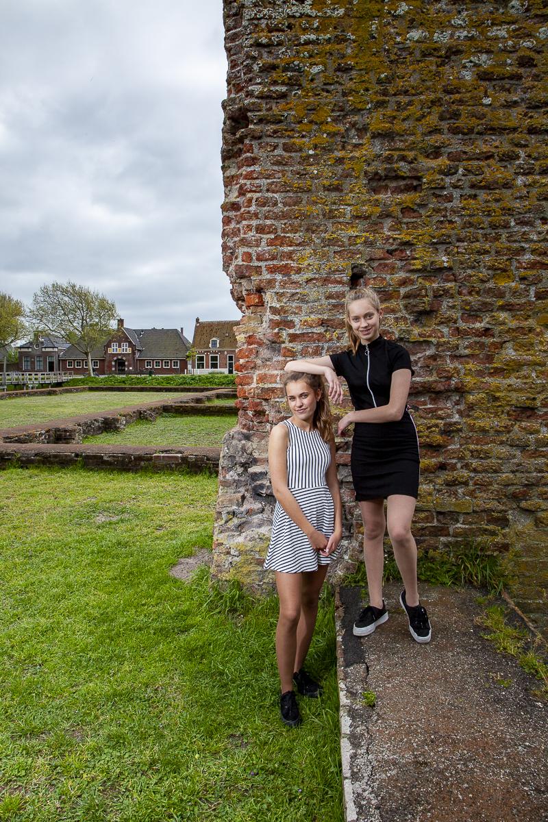Yasmin en Brigitte poseren buiten in Egmond