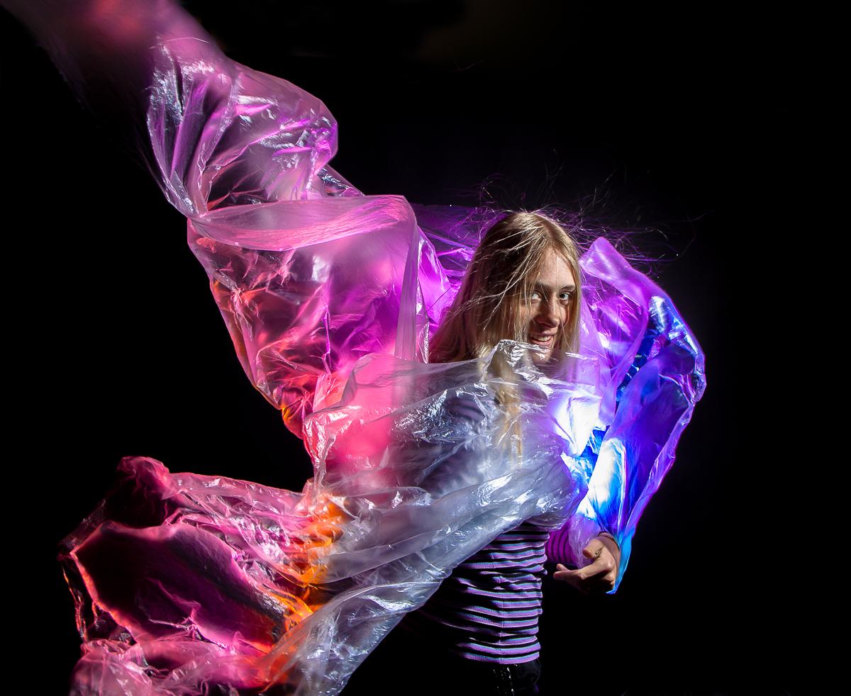 Romy doet een photoshoot met afdekfolie en wind