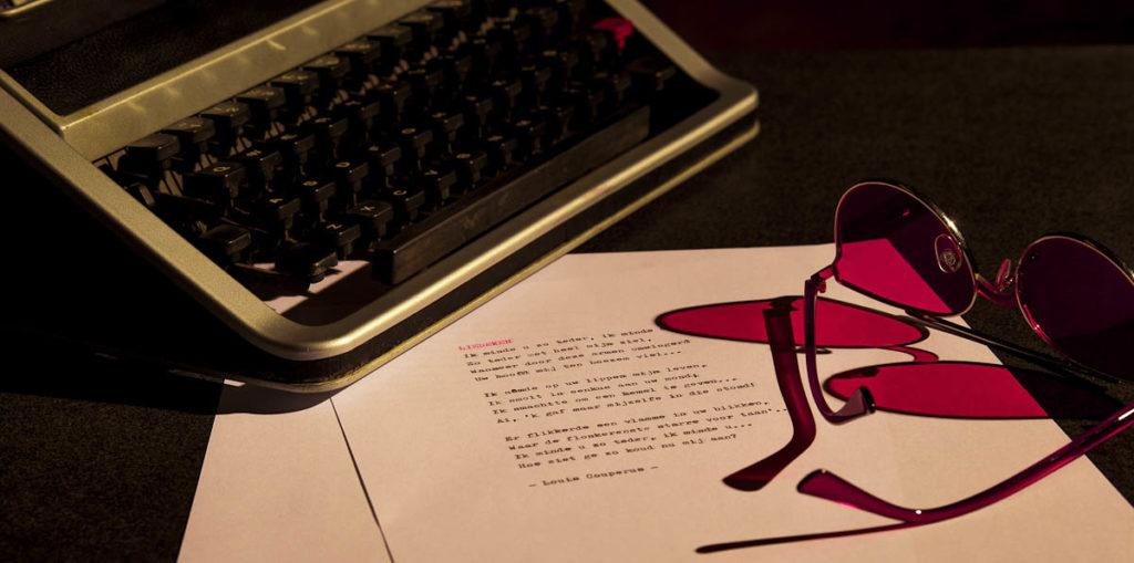 Werk aan de muur 'Stilleven met typemachine, roze bril en gedicht'