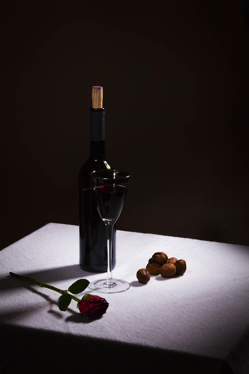 Stilleven met Rode Wijn en Roos