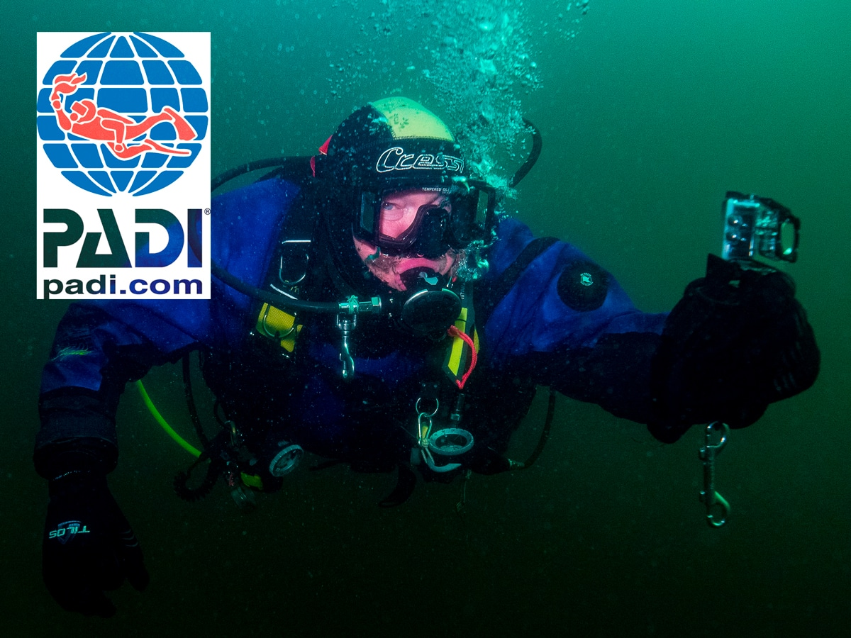Mies fotografeert onderwater met een actioncam